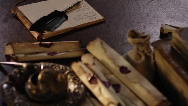 Történelmi kalóz megtöm-ra egy régi fából készült asztal focus shift