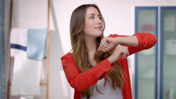 Mladá sebevědomá žena je taneční infront zrcadla Koupelnové