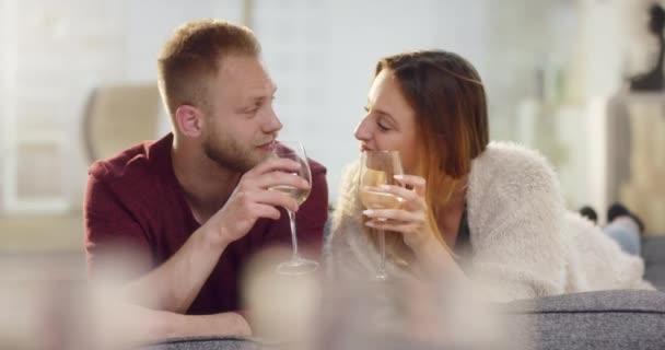 A szerelem feküdt a kanapén, bort ittak, és megcsókolta a fiatal pár