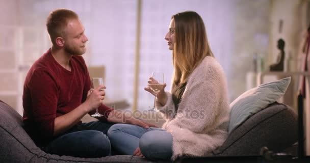 Romantikus pár a kanapén flörtöl