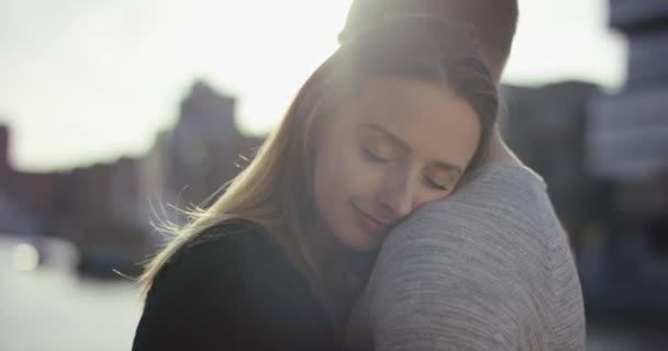 Fiatal pár ölelés egymással szorosan, és élvezze a pillanatot