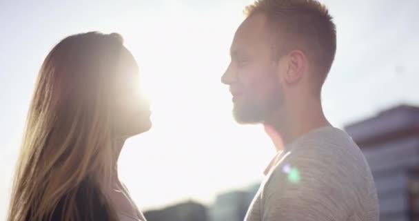 Fiatal pár van egymással szemben a gyönyörű hátország a naplemente a nyári időszakban