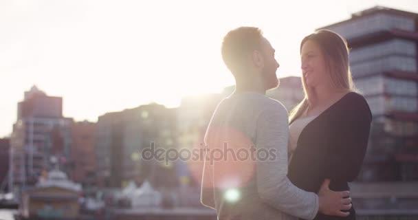 Romantikus pár átölelte egymást a naplemente előtt