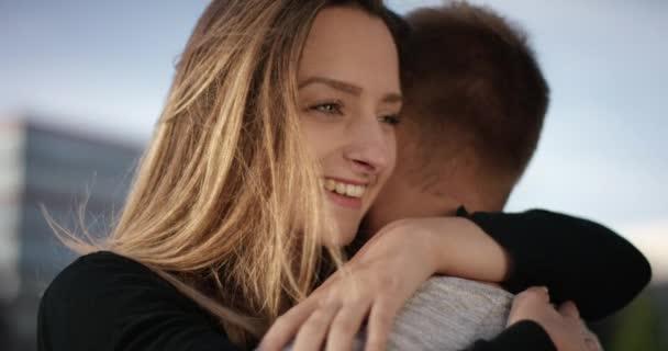 schöne junge Frau umarmt zärtlichen Freund