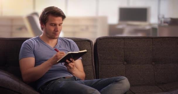 A fiatalember saját napló írása