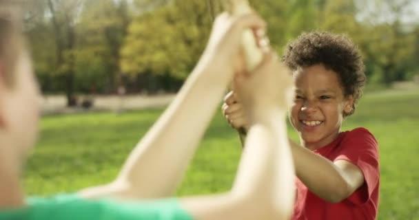 Netter dunkelhäutiger Junge kämpft mit Stock in einem Park