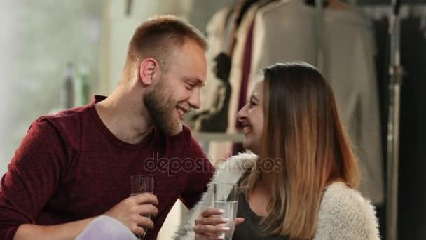 A fiatal pár csókolózás, és ivott pezsgőt