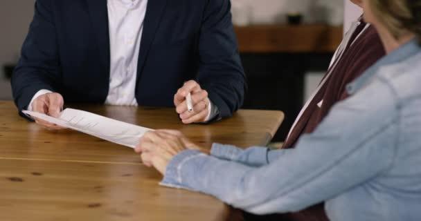 Finanční poradce s perem na smlouvu
