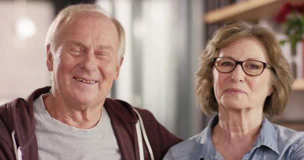 Portrét atraktivní starší pár, s úsměvem do kamery