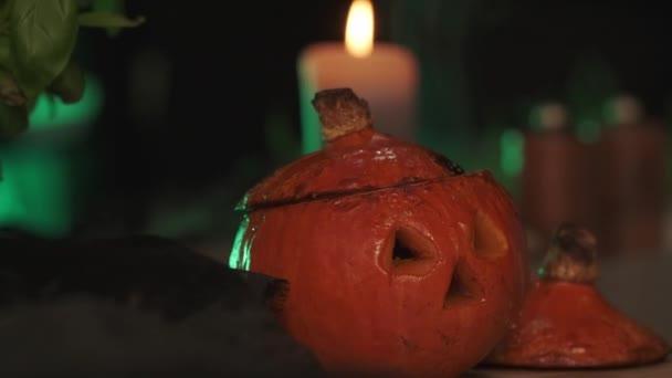 Vyřezávaná halloween dýně na stole