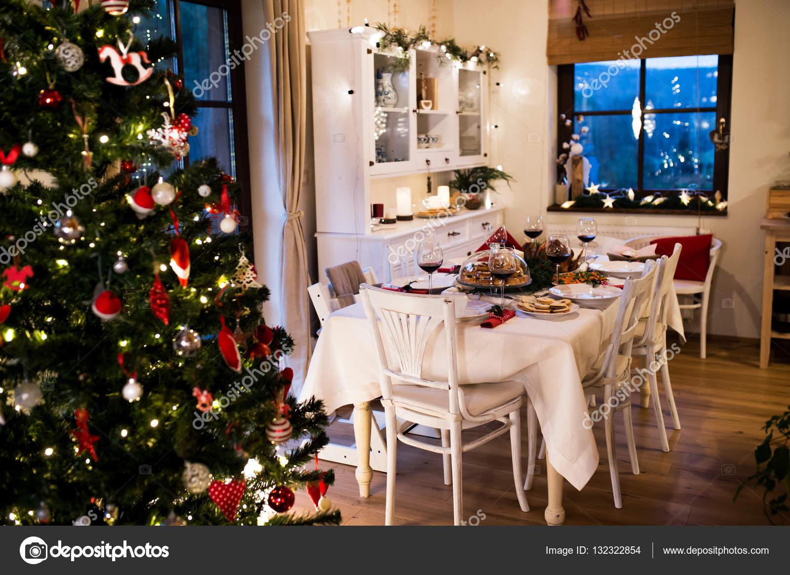 Decorazioni Sala Natale : Cena di natale posto sul tavolo in sala da pranzo decorata u2014 foto