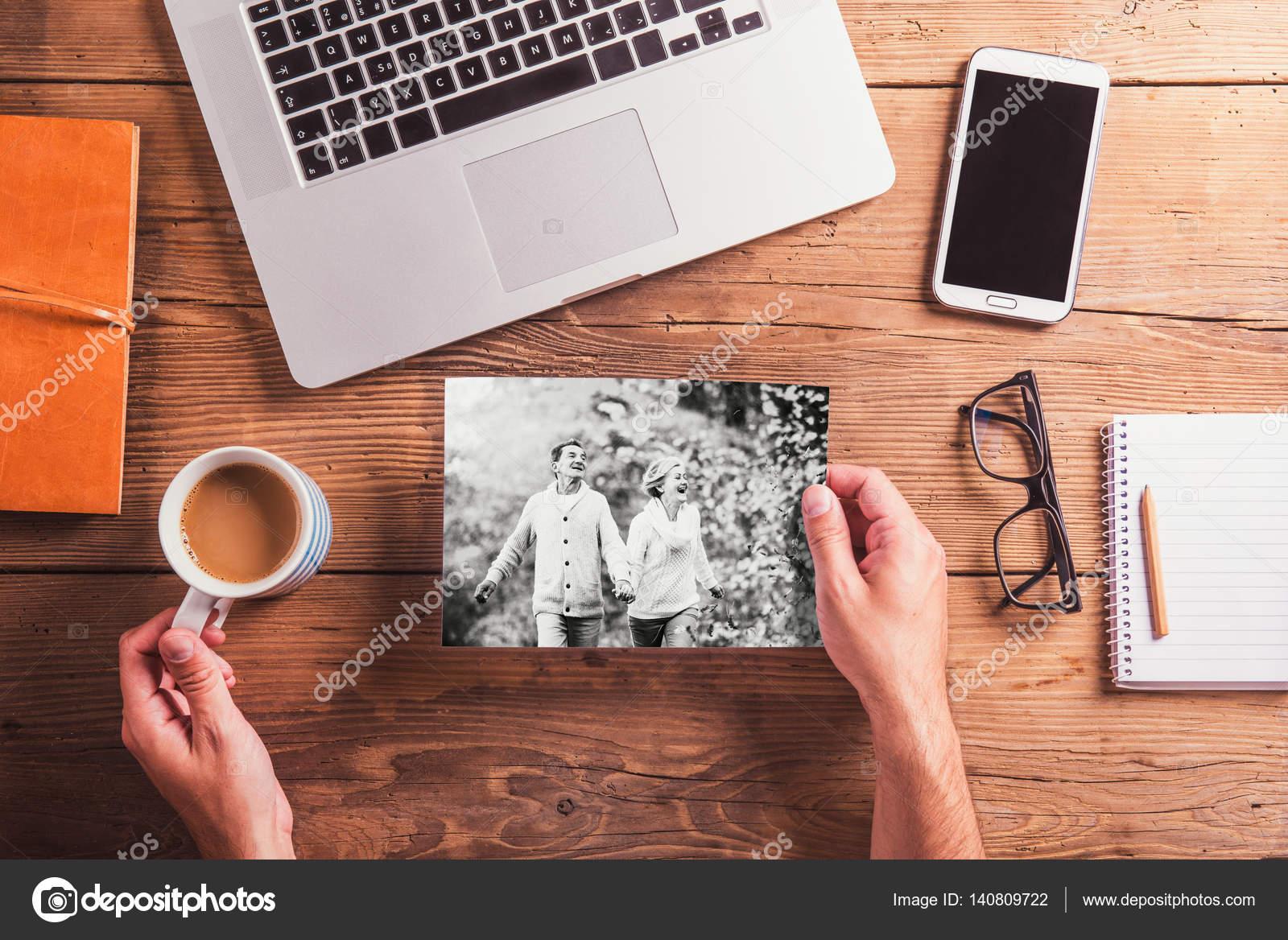 Oggetti Da Ufficio : Scrivania da ufficio oggetti e foto in bianco e nero delle coppie