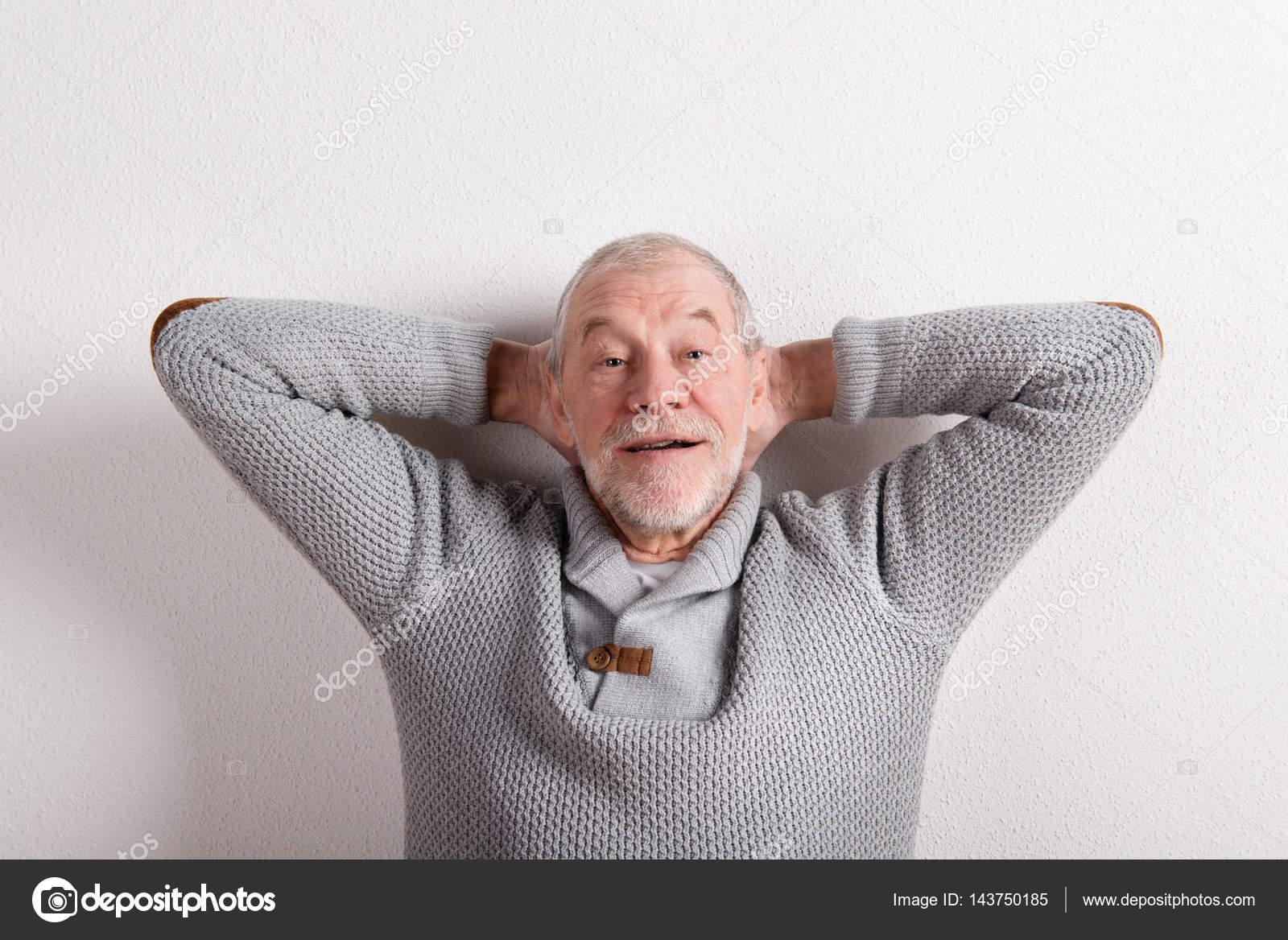 d28c90f0e1c8 Ανώτερος άνθρωπος σε γκρι μάλλινο πουλόβερ