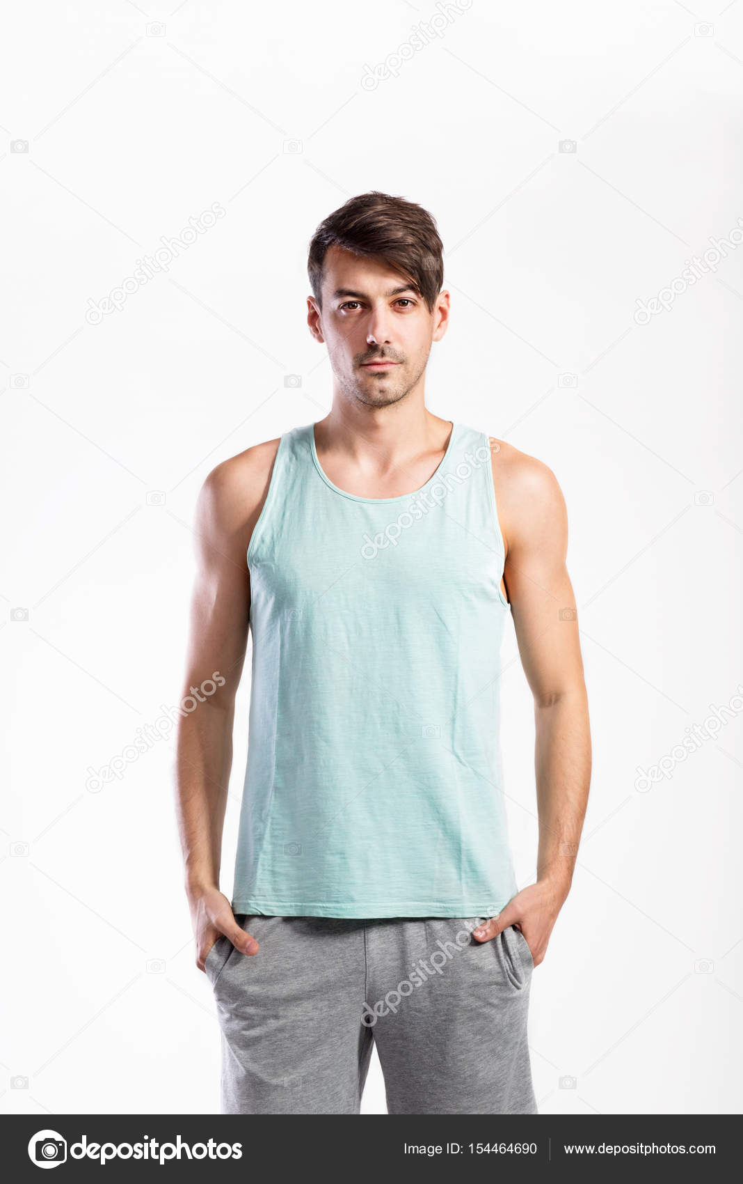 2bda1c6b08 Homem de aptidão hipster bonito na camisa azul regata e shorts cinza