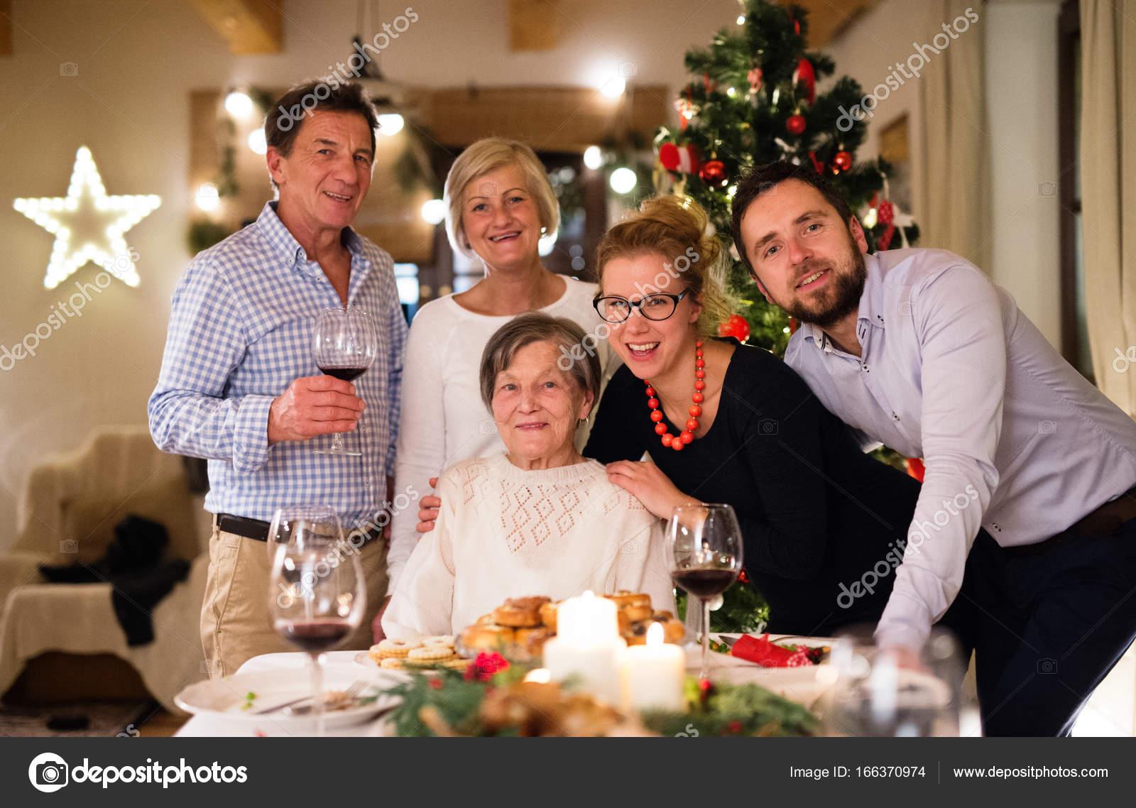 Weihnachten Feiern.Schöne Große Familie Weihnachten Feiern Stockfoto Halfpoint