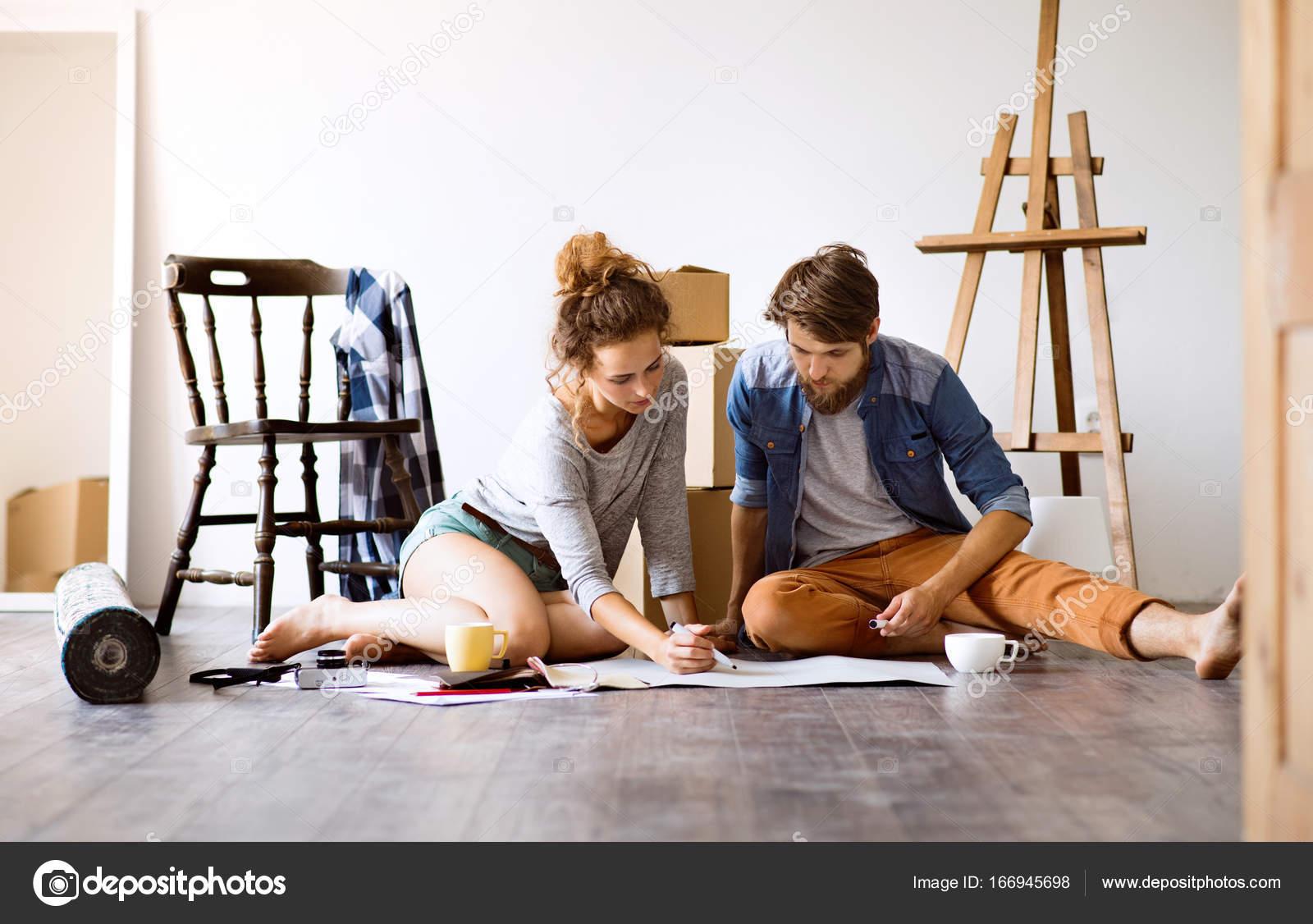 Junges Paar Umzug in neues Haus, Sachen auspacken — Stockfoto ...