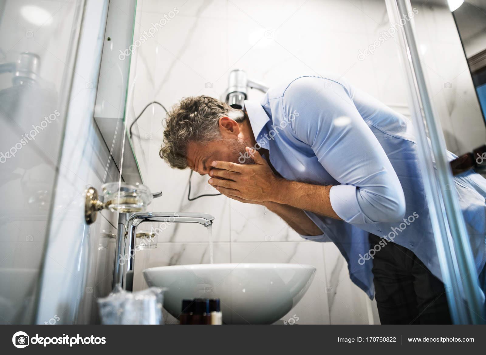 Uomo d affari maturo in un bagno di camera di albergo u foto stock