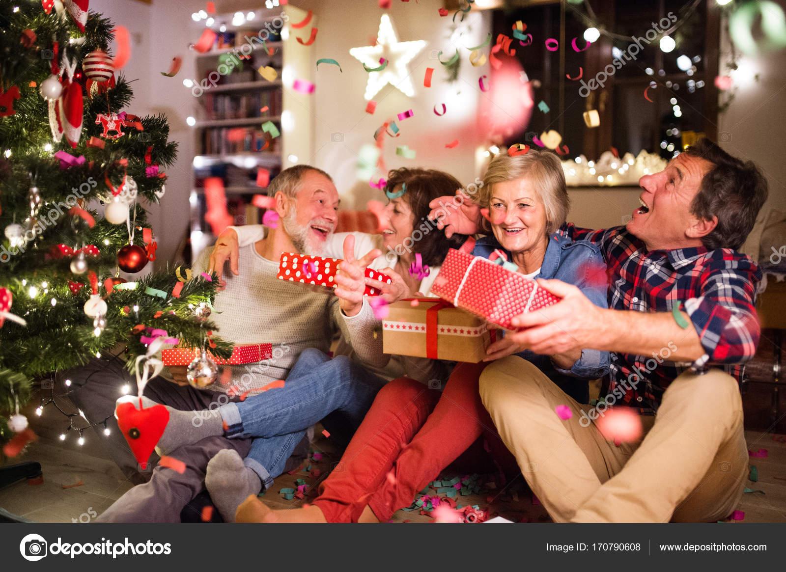 Regali Di Natale Amici.Amici Maggiori Vicino All Albero Di Natale Con I Regali