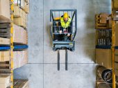 Photo Warehouse man worker with forklift.