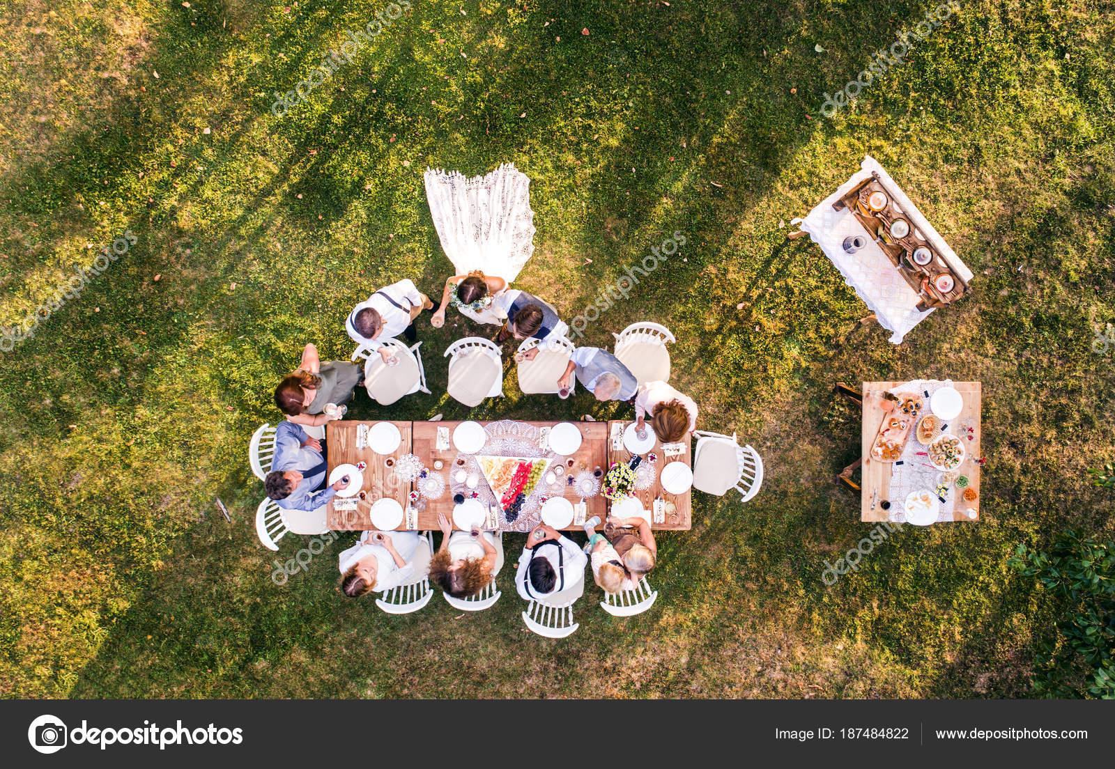 Hochzeitsfeier Draussen Im Hinterhof Stockfoto C Halfpoint 187484822