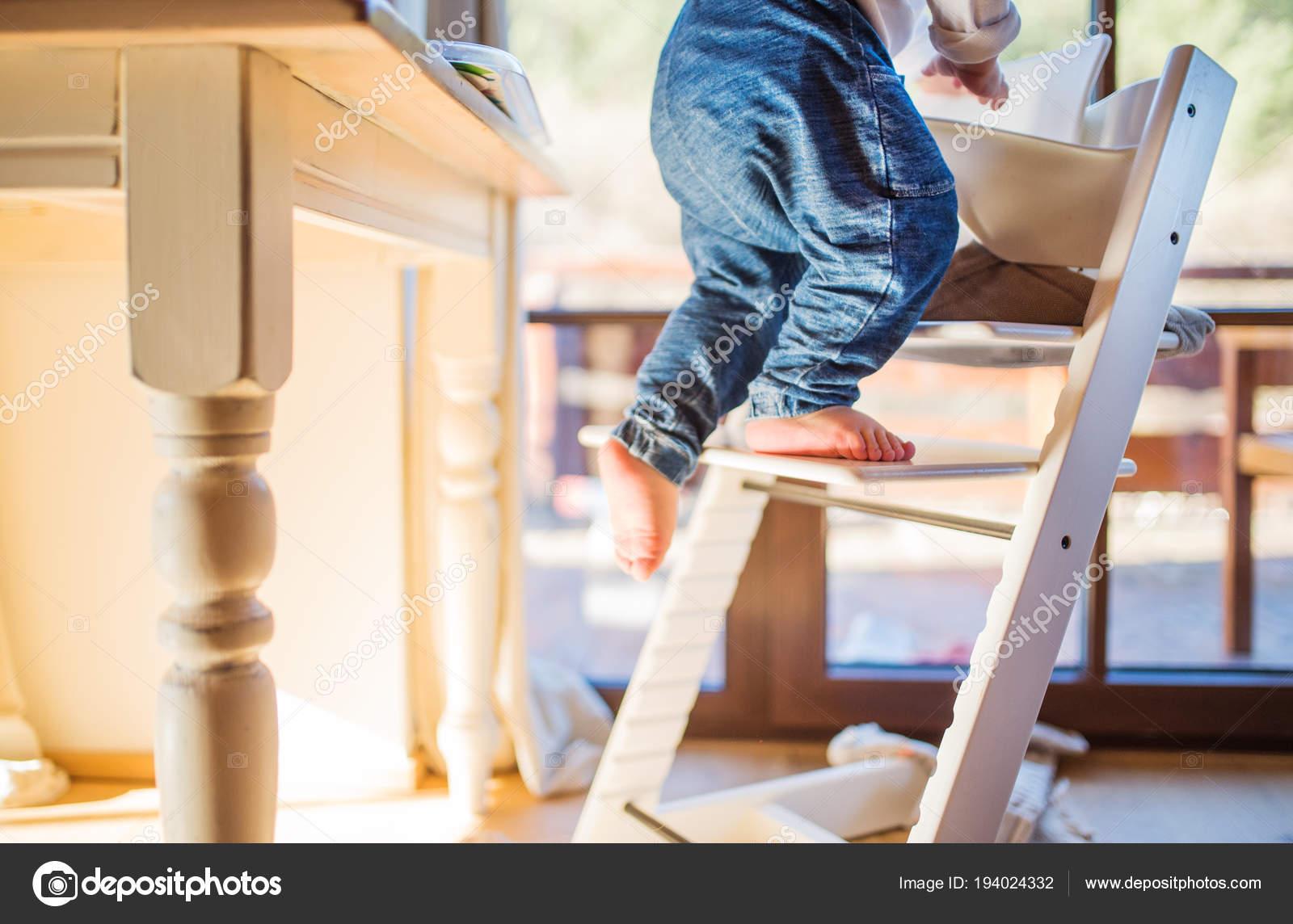Petit Garon Enfant Grimper Sur La Chaise Haute En Bois Maison Accident Domestique Situation Dangereuse Image De Halfpoint