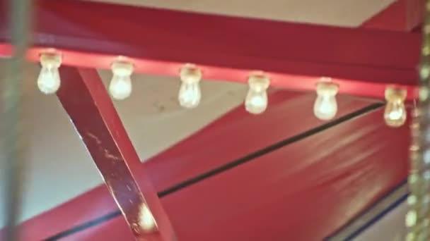 Unterseite Detail der rot-weiß gestreiften Karussellfahrt 23.98fps