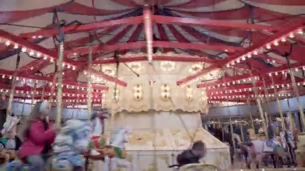burnaby, canada - 2. janus 2020: karussell fahren, burnaby village museum