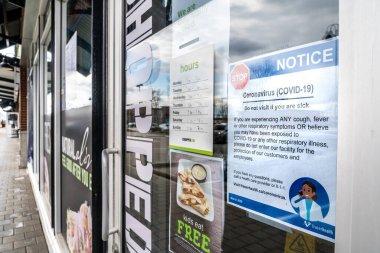 Surrey, Kanada - 25 Mart 2020: Coronavirus salgını sırasında kapandığını duyuran bir alışveriş merkezi restoranının ön kapısına imza atın