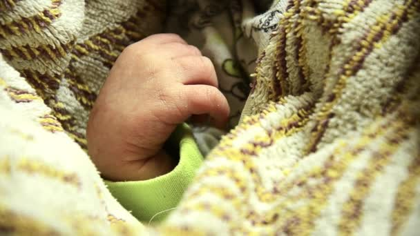 Novorozené dítě 5 dní. Spí v kolébce