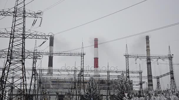 Stromleitungen im Schnee. Blockheizkraftwerk in starkem Schneesturm