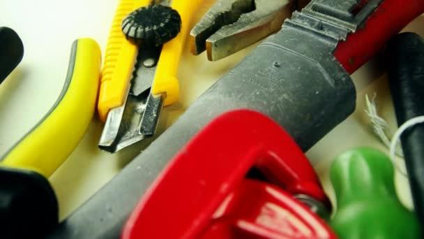 Nástroje. Mnoho nástrojů na stole. Nástroje pro domácí opravy