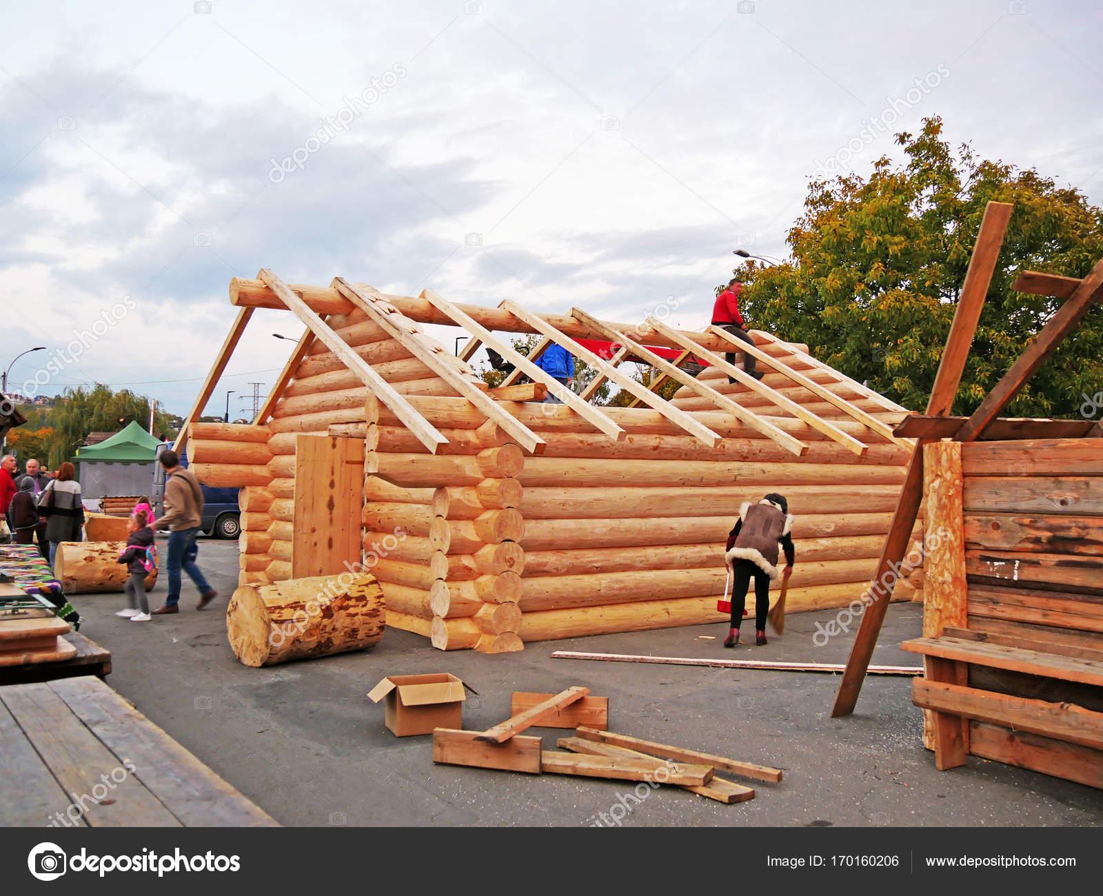 Carpintero de montaje marco de madera con vigas comunes en el techo ...
