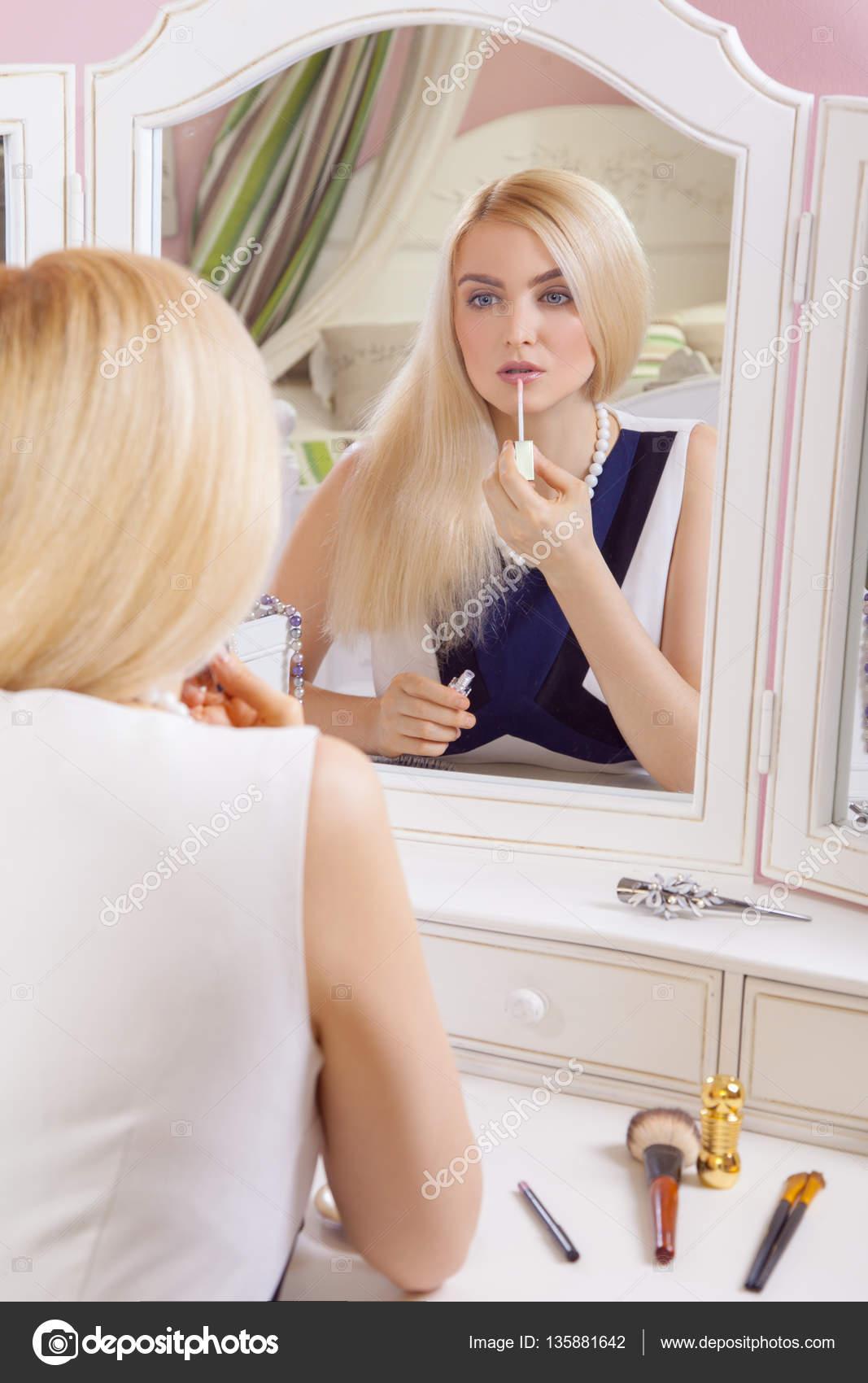молодая блондинка фоткается перед зеркалом