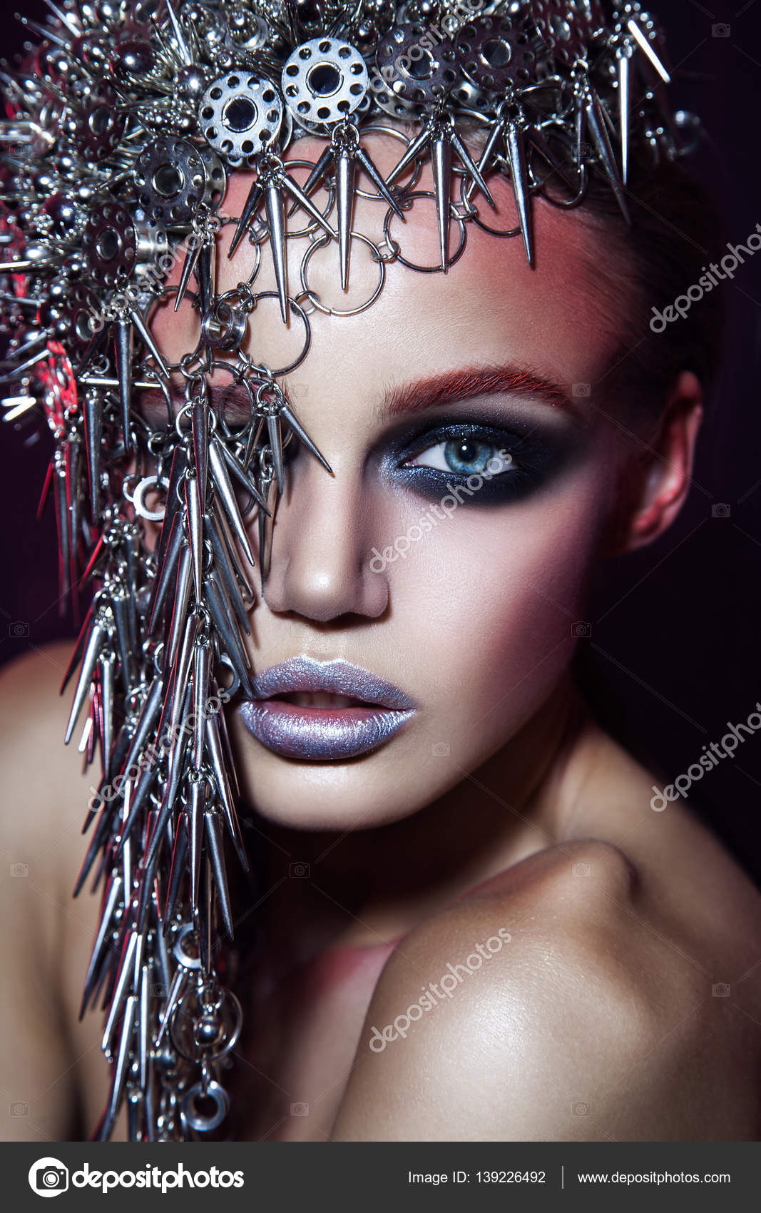 Piękna Modelka Z Metalowe Nakrycia Głowy I Błyszczący Srebrny