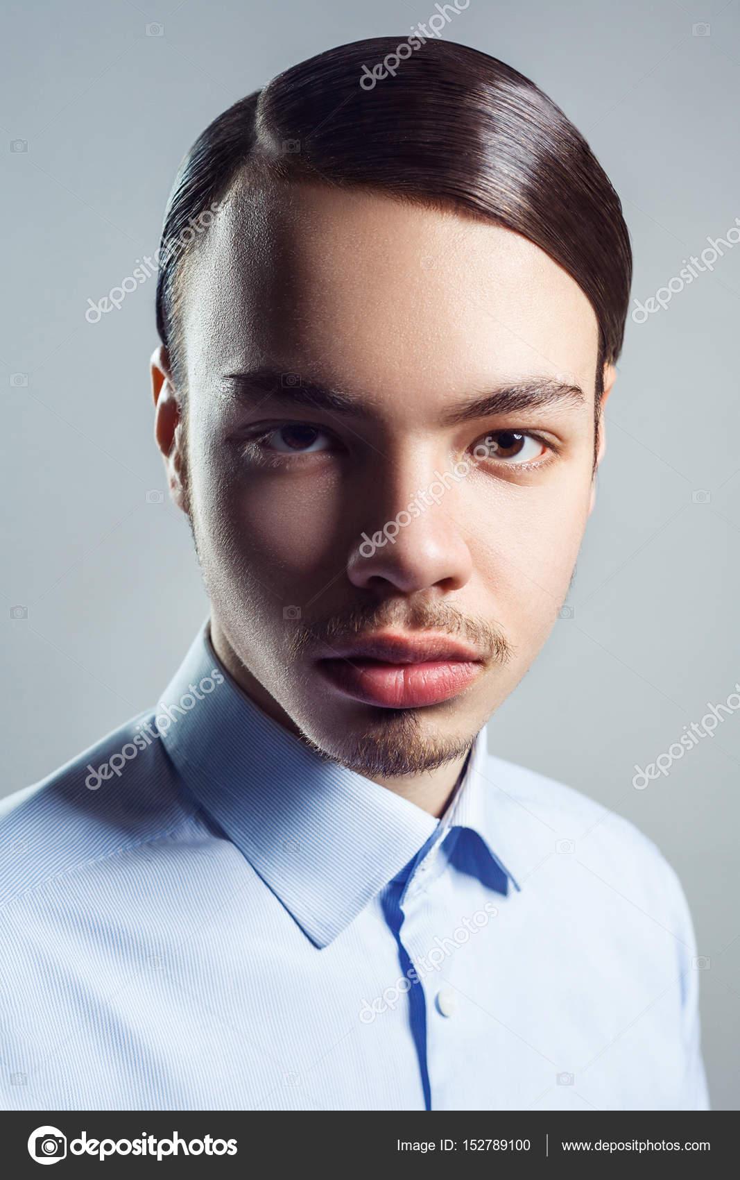 Retrato De Hombre Joven Con Peinado Clásico Retro Estudio