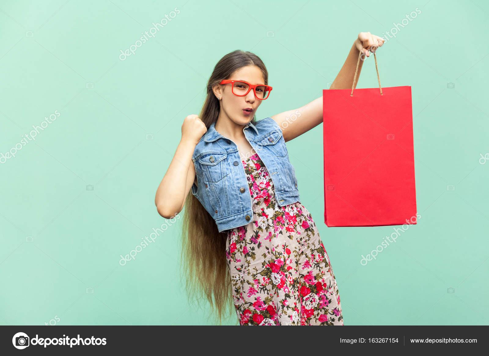 f1b625a6f A felicidade linda garota de cabelos longos em roupas casuais com ...