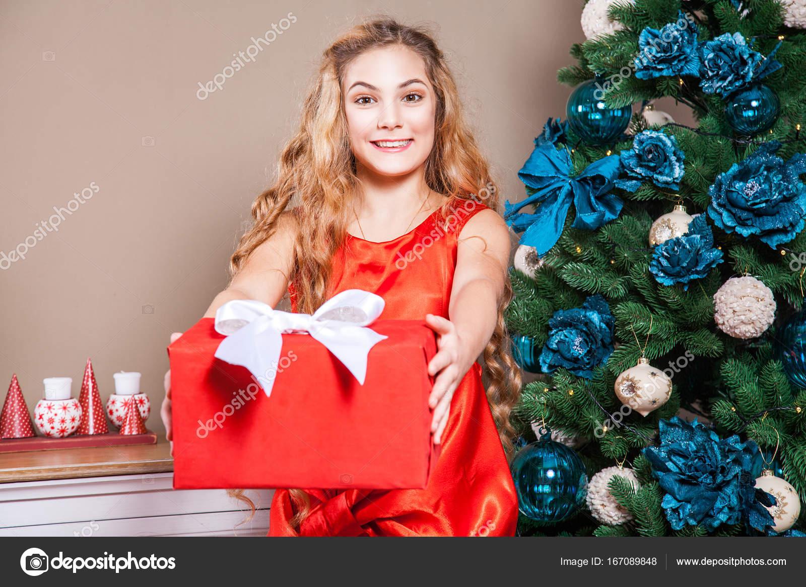 Kleine blonde kind mit erstaunt gesicht mit roten kasten mit weißen