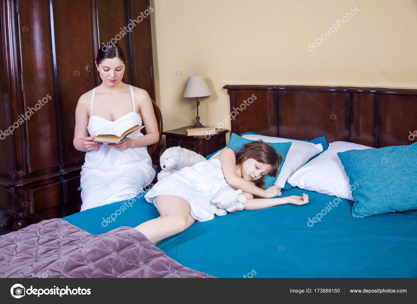 Мама в спальне у дочери