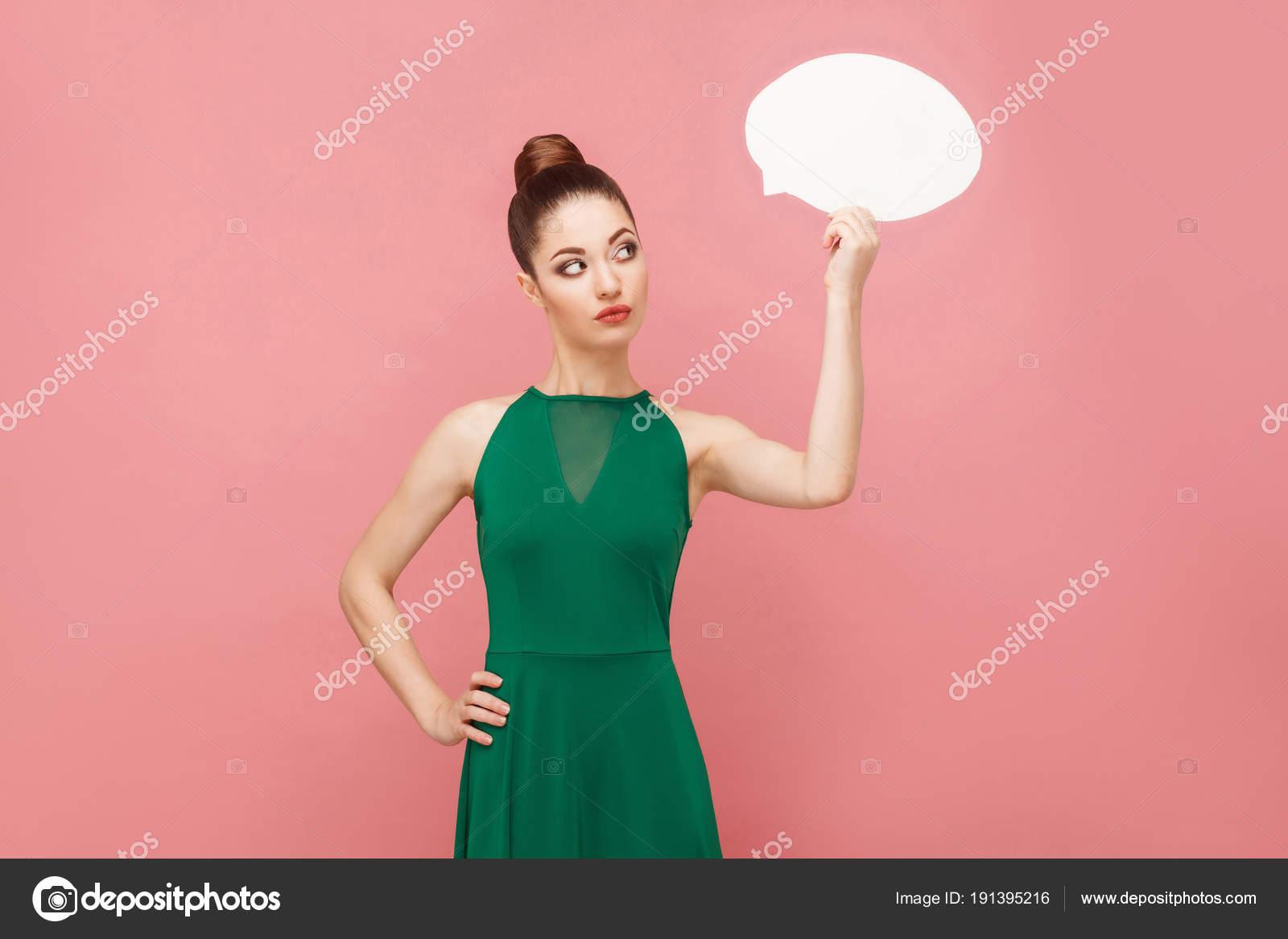 Mujer Vestido Verde Con Bandera Blanca Forma Burbujas