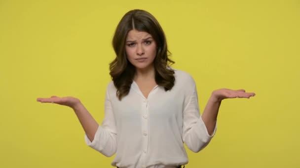 Co, jak jsi mohl? Zmatená žena s hnědými vlasy v blůze, která stála se zdviženýma rukama a ptala se, proč, rozhořčený rozhořčený výraz. vnitřní studio záběr izolované na žlutém pozadí