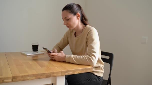 Digitaler Detox-Tag einer jungen schönen kaukasischen Frau. Kaffee trinken ohne Telefon. Sucht