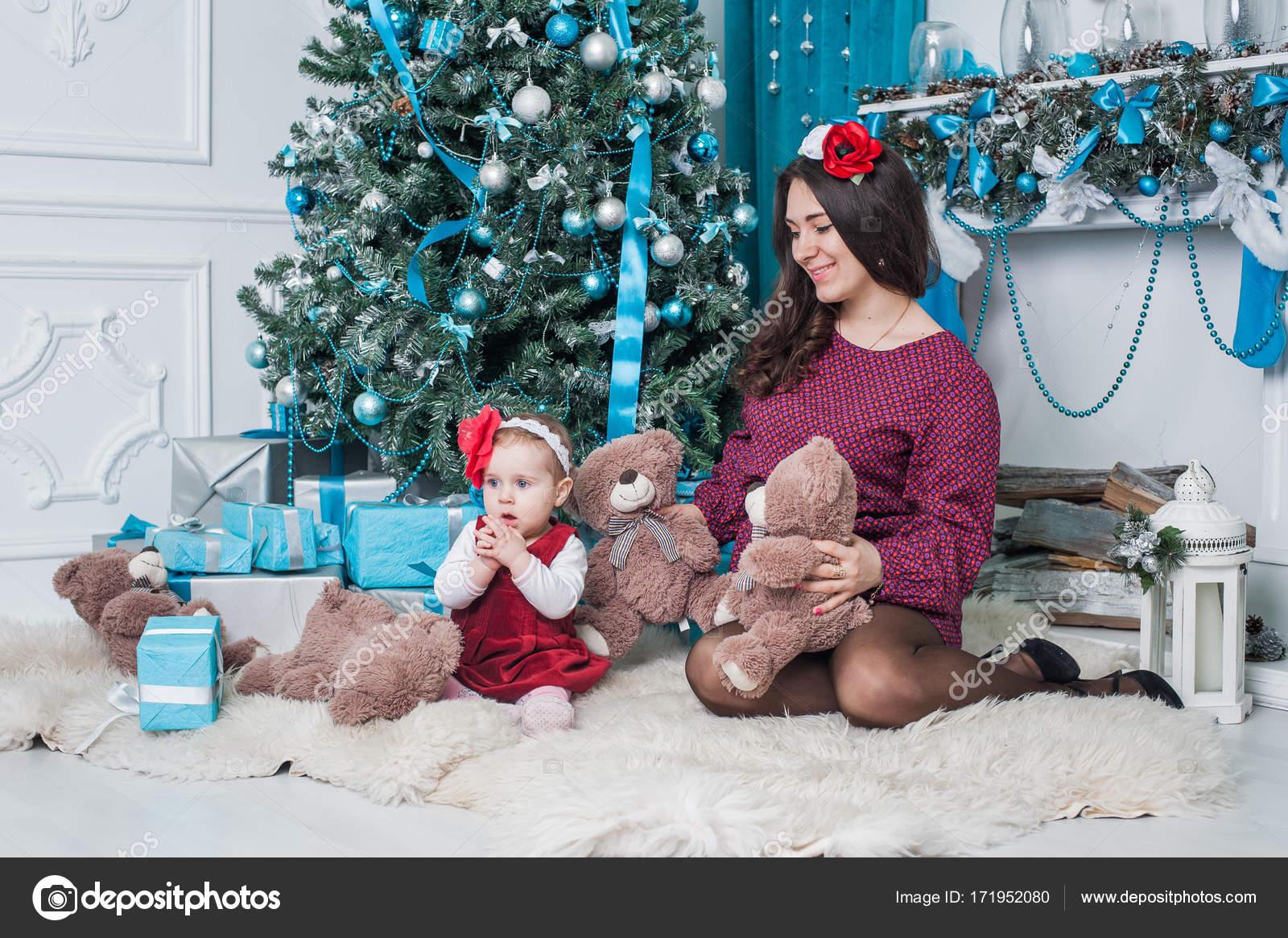 Frohe Weihnachten und frohe Festtage frohe Mutter und Tochter sind ...