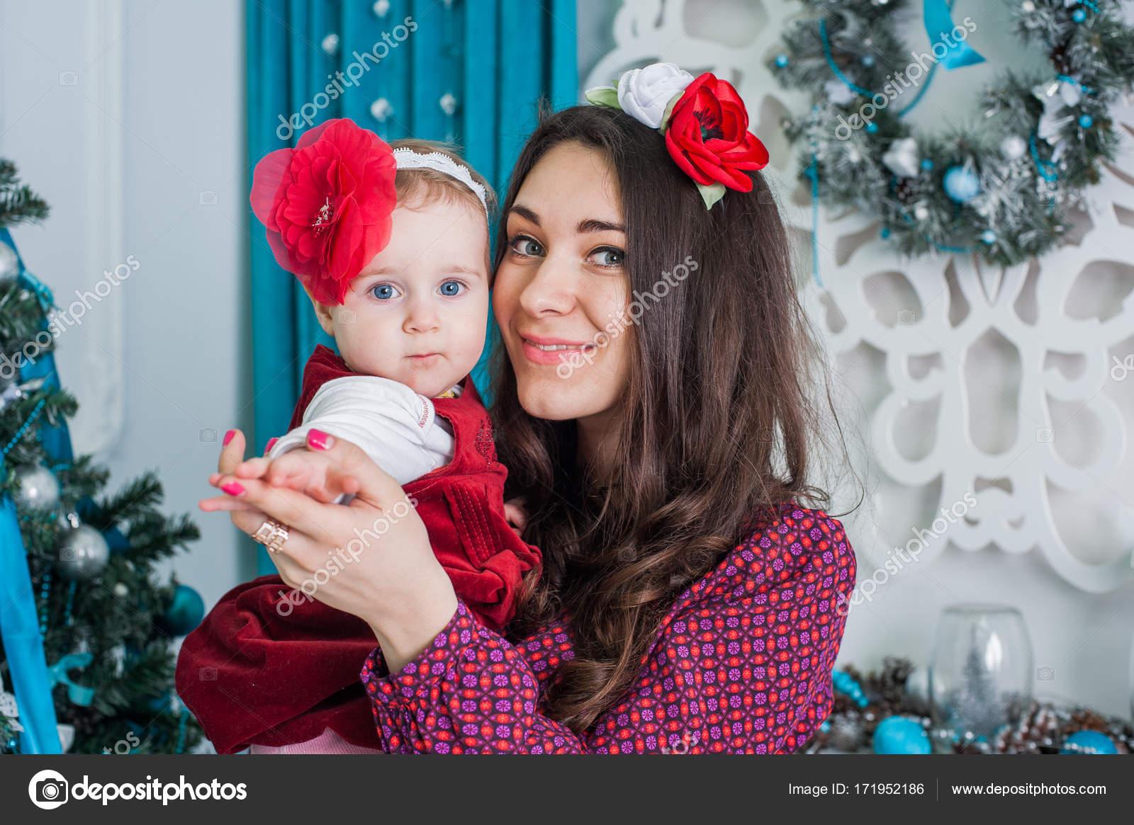 Geschenke Für Eltern Zu Weihnachten.Frohe Weihnachten Und Frohe Festtage Frohe Mutter Und Tochter Sind