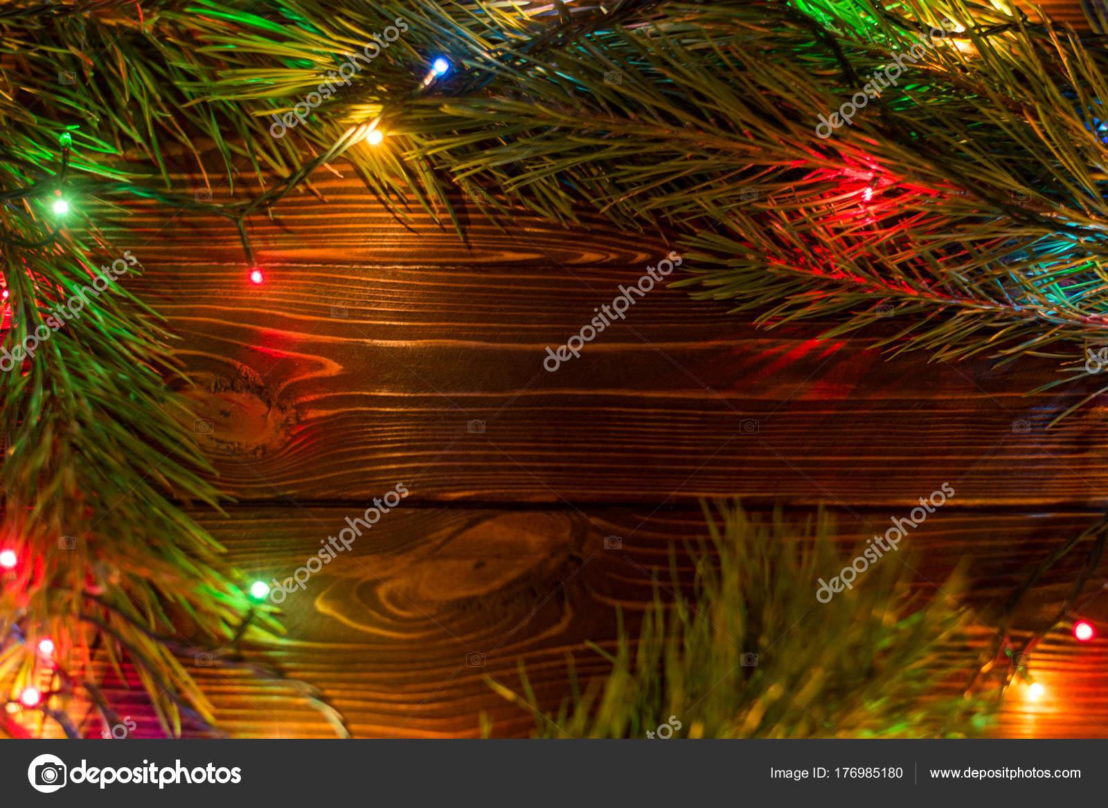 Corona e ghirlande di lampadine colorate. sfondo di natale con luci