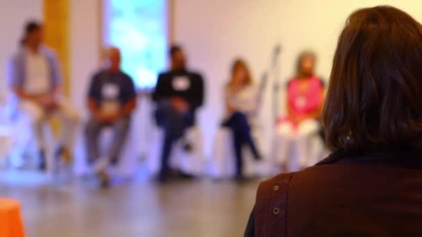 Frau hört einer Konferenz zu