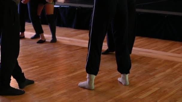 Tänzer massieren sich gegenseitig