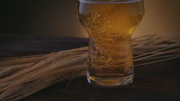 Nahaufnahme eines Bieres, ein bernsteinfarbenes Getränk wird ausgeschenkt, die Kamera geht hoch
