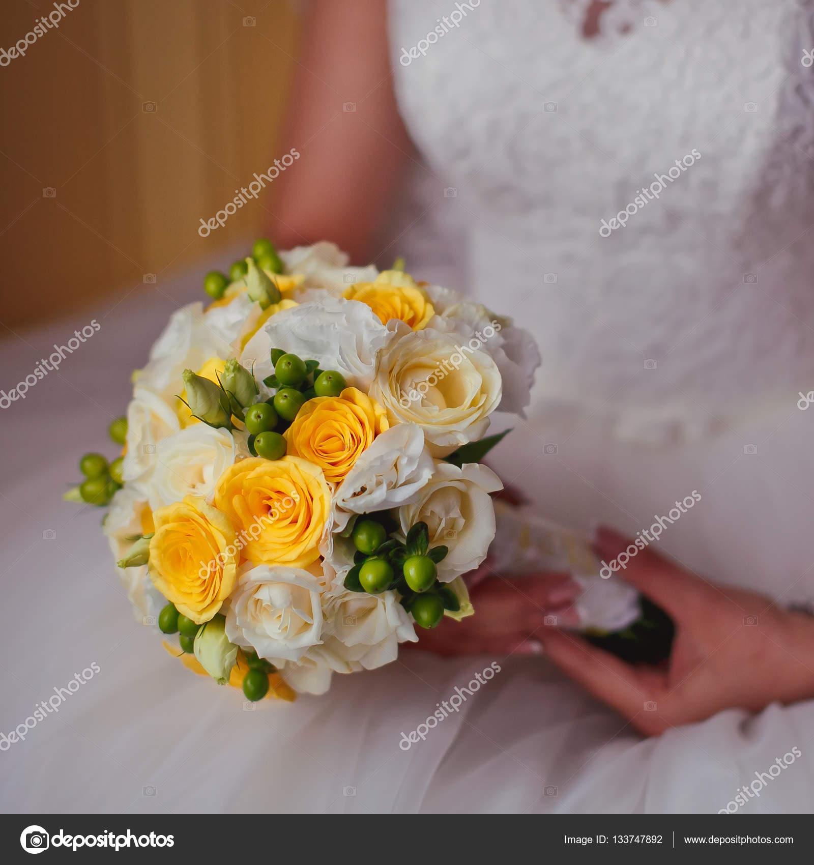 Bouquet Sposa Giallo.La Sposa Con I Fiori Bella Sposa Giallo E Bianco Foto