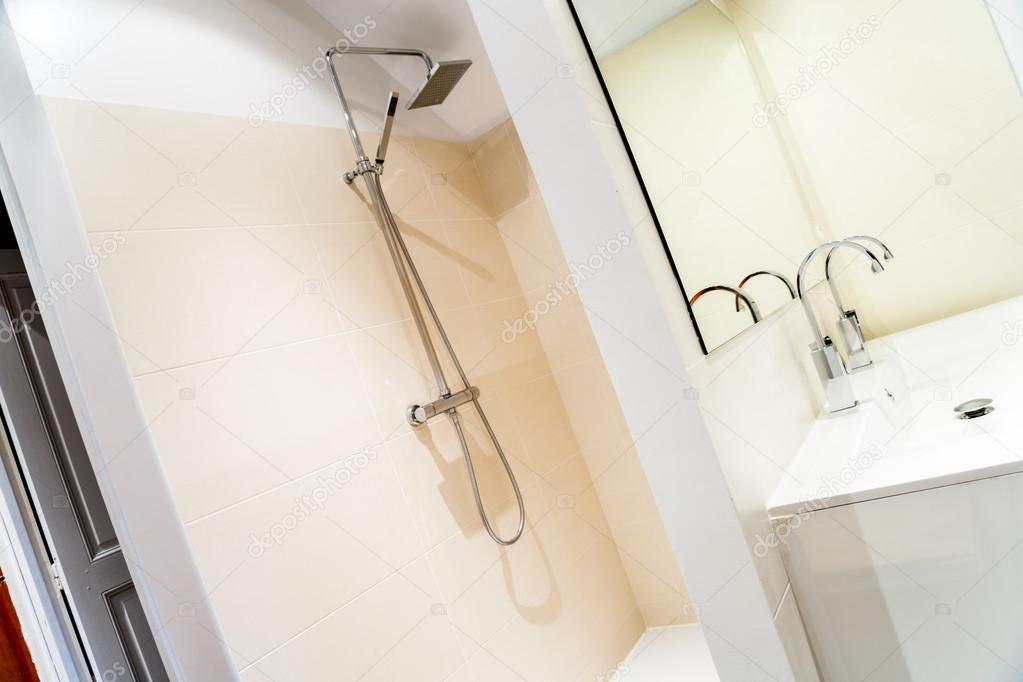 Italiaanse douche in een moderne badkamer u stockfoto pixinooo