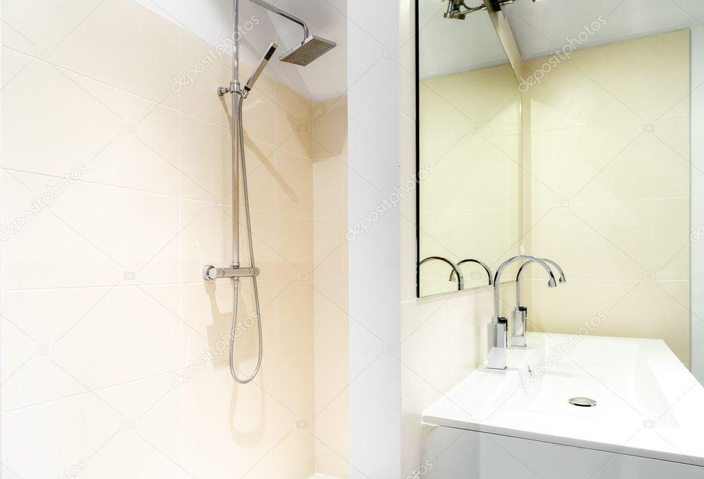 Douche à l\'italienne dans une salle de bain moderne ...